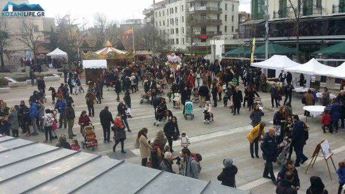 Ξεκίνησε το εορταστικό ωράριο των καταστημάτων στην Κοζάνη με αρκετό κόσμο στο κέντρο της πόλης