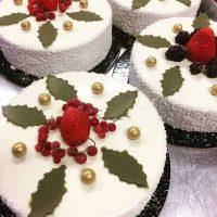Μεγάλη ποικιλία σε βασιλόπιτες και γιορτινές τούρτες στα καταστήματα deux K Bakery Patisserie στην Κοζάνη