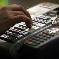 Υποχρεωτική ρύθμιση της ώρας στις ταμειακές μηχανές των καταστημάτων