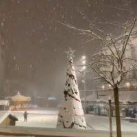 Πανέμορφες εικόνες από την χιονισμένη κεντρική πλατεία Κοζάνης – Δείτε το βίντεο