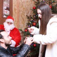 Πτολεμαϊδιώτης έκανε πρόταση γάμου στην κοπέλα του στο σπιτάκι του Άγιου Βασίλη στη Βέροια – Δείτε φωτογραφίες