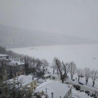 Όλος ο νομός Καστοριάς και η λίμνη στα λευκά  – Δείτε φωτογραφίες