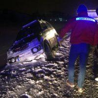 Βίντεο: Τροχαίο ατύχημα έξω από την Πτολεμαΐδα – Εκτροπή αυτοκινήτου λόγω χιονιού