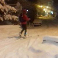 Φόρεσε τα πέδιλα του σκι και βγήκε βόλτα στους δρόμους της Κοζάνης! Δείτε το βίντεο