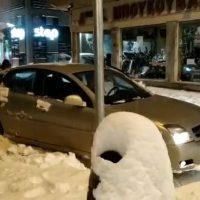 Βίντεο: Πολλά ακινητοποιημένα αυτοκίνητα στο χιόνι ακόμη και με χιονολάστιχα σε κεντρικούς δρόμους της Κοζάνης