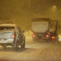 Με πολύ χιόνι στον δρόμο η κίνηση των αυτοκινήτων στην είσοδο της Κοζάνης – Δείτε το βίντεο