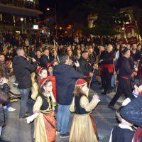 Ο Φανός της Κόζιανης στην κεντρική πλατεία Κοζάνης παρουσίασε τα χορευτικά του και το νέο αποκριάτικο τραγούδι – Δείτε βίντεο και φωτογραφίες
