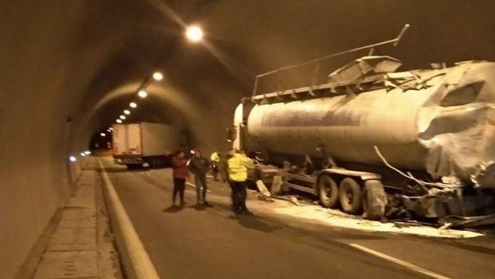 Τροχαίο ατύχημα με νταλίκα και μπετονιέρα μέσα στο τούνελ της Εγνατίας Οδού  – Δείτε φωτογραφία 94d30fa9bef