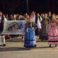 Γέμισε η κεντρική πλατεία Κοζάνης με τα χορευτικά των Συλλόγων της πόλης – Δείτε το βίντεο και φωτογραφίες