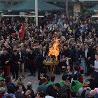Άναψε ο Φανός στην κεντρική πλατεία της Κοζάνης μετά από την αποκριάτικη παρέλαση – Δέιτε βίντεο και φωτογραφίες