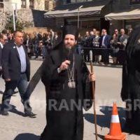 Βίντεο: Καταχειροκροτήθηκε στην παρέλαση από τους Καστοριανούς, ο νέος Μητροπολίτης Σισανίου και Σιατίστης Αθανάσιος