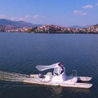 Ρομαντικός γάμος με καταμαράν και βαρκάδα στη λίμνη της Καστοριάς – Δείτε το βίντεο