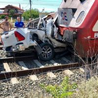 Ανατριχιαστικές εικόνες: Σύγκρουση αυτοκινήτου με τρένο στη Θεσσαλονίκη – Νεκρή η συνοδηγός