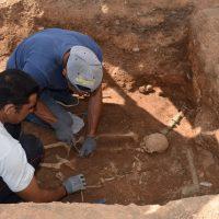 Εντοπίστηκε τάφος των υστεροελληνιστικών χρόνων κατά την ανασκαφή της αρχαιολογίας κάτω από τον κατεδαφισμένο οικισμό της Μαυροπηγής – Δείτε φωτογραφίες