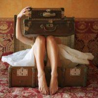 Συνομιλώντας με τη βαλίτσα μου – Γράφει η Ελένη Δεληβοριά