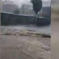 Φοβερή καταιγίδα στη Σιάτιστα – Διέκοψε την κυκλοφορία, παρέσυρε κάδους – Δείτε το βίντεο
