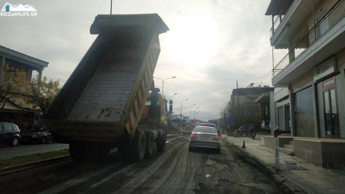 Εργασίες ασφαλτόστρωσης στην οδό Καραμανλή στην Κοζάνη – Μποτιλιάρισμα και αυξημένη κίνηση των αυτοκινήτων
