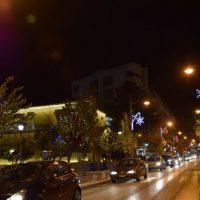 Σε Χριστουγεννιάτικους ρυθμούς η Κοζάνη – Γιορτινό κλίμα στους δρόμους και τα καταστήματα – Δείτε φωτογραφίες