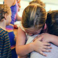 Πώς θα λειτουργήσουμε με ενσυναίσθηση απέναντι στο παιδί – Γράφουν και αναλύουν οι επιστημονικοί συνεργάτες της Γραμμής 115 25 του «Μαζί για το Παιδί»