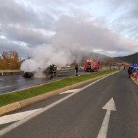 Φωτιά σε ΙΧ αυτοκίνητο έξω από τη Σιάτιστα – Δείτε το βίντεο