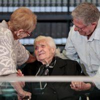 Η 92χρονη Μελπομένη Ντίνα συναντήθηκε με την εβραϊκή οικογένεια που έσωσε από τους Ναζί πριν 75 χρόνια στη Βέροια