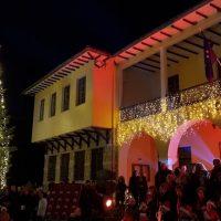 Φωταγωγήθηκε το Χριστουγεννιάτικο δέντρο στη Σιάτιστα – Δείτε βίντεο