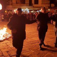 Με πολύ κέφι και χορό άναψαν οι Κλαδαριές για τα Σούρουβα στη Σιάτιστα – Δείτε το βίντεο