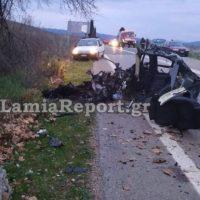 Συγκλονιστικές εικόνες από θανατηφόρο τροχαίο στη Φθιώτιδα – Κόπηκε το αμάξι στα δυο