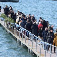 Με τσουχτερό κρύο και πλήθος πιστών ο Καθαγιασμός των υδάτων στη λίμνη Πολυφύτου – Δείτε βίντεο και φωτογραφίες