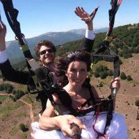 Πτήση με διθέσιο αλεξίπτωτο για νεόνυμφους στην Καστοριά – Δείτε το όμορφο βίντεο του ζευγαριού