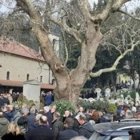 Λαϊκό προσκύνημα στο τελευταίο αντίο στην κηδεία του Θοδωρή Νιτσιάκου