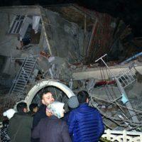Καταρρεύσεις κτιρίων, αρκετοί νεκροί και εκατοντάδες τραυματίες ο μέχρι στιγμής απολογισμός του ισχυρού σεισμού στην Τουρκία