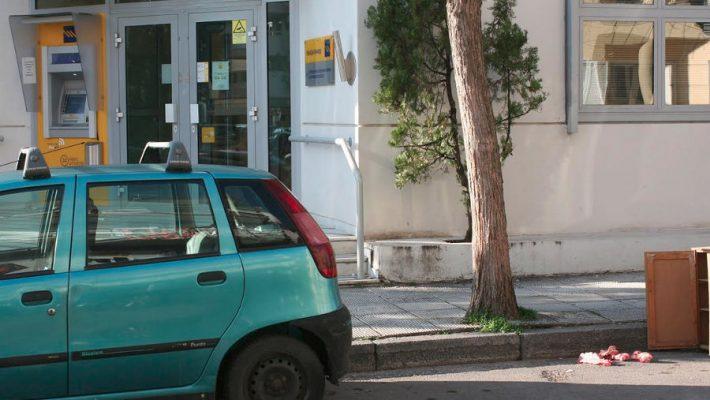 Εικόνες ντροπής στην Κοζάνη: Άγνωστος άφησε κόκκαλα για τα αδέσποτα έξω από Τράπεζα – Δείτε φωτογραφίες