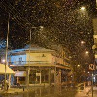 Ξεκίνησε βραδινή χιονόπτωση στην πόλη της Κοζάνης – Δείτε το βίντεο