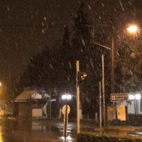 Το γυρνάει σε χιόνι ο καιρός στην πόλη της Κοζάνης – Δείτε το βίντεο