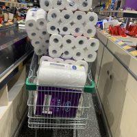 Ο πανικός του κορονοϊού: Γιατί στοκάρουμε χαρτιά υγείας – Η κρίση των #toiletpapergate και #toiletpapercrisis πέρασε στην Αυστραλία.