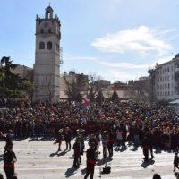Απτόητη Κοζανίτικη Αποκριά: Γιόρτασαν με χορούς και τραγούδια στην κατάμεστη κεντρική πλατεία – Δείτε βίντεο και φωτογραφίες