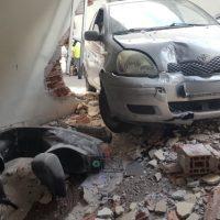 Κοζάνη: Αυτοκίνητο γκρέμισε τον τοίχο πολυκατοικίας και βρέθηκε μέσα σε γκαράζ – Δείτε φωτογραφίες