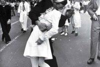Το διάσημο φιλί της 14ης Αυγούστου του 1945 – Της Ελένης Δεληβοριά