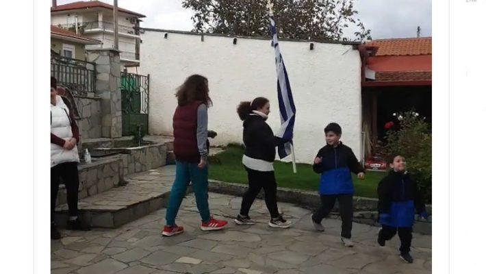 """""""Με το χαμόγελο στα χείλη"""": Έκαναν οικογενειακή παρέλαση στην αυλή του σπιτιού τους στη Σιάτιστα – Το μήνυμα του τρομπετίστα Δημήτρη Γκιθώνα"""