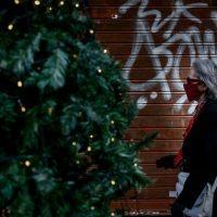 """Χριστούγεννα με μάσκες, κλειστά κέντρα διασκέδασης και """"click away"""" ψώνια"""
