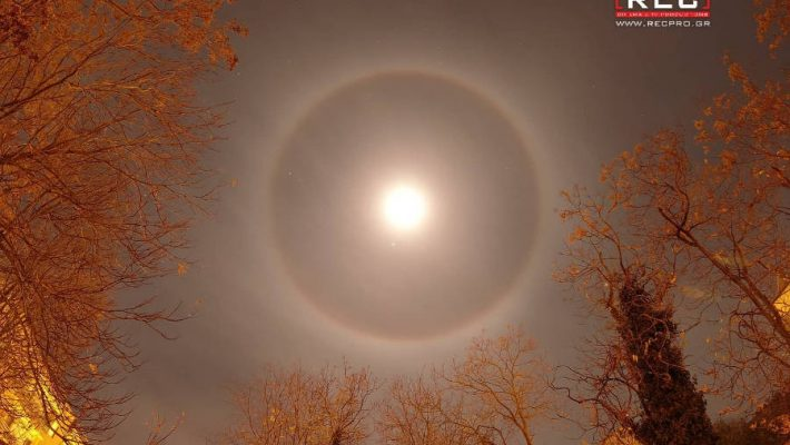 """""""Το φεγγάρι έχει αλώνι"""": Το φαινόμενο του φωτοστέφανου του φεγγαριού στον ουρανό τη Κοζάνης – Δείτε φωτογραφίες"""