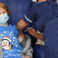 90χρονη Βρετανή ο πρώτος άνθρωπος στον κόσμο που έκανε το εμβόλιο για τον κορωνοϊό