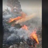 Βίντεο: Μεγάλη φωτιά σε δύσβατη περιοχή έξω από την Κοζάνη – Υπό μερικό έλεγχο μετά από επιχείρηση 25 πυροσβεστών