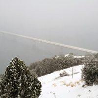 Στα λευκά έχει ντυθεί η Νεράιδα Κοζάνης – Δείτε φωτογραφίες από τον όμορφο οικισμό με θέα τη λίμνη Πολυφύτου