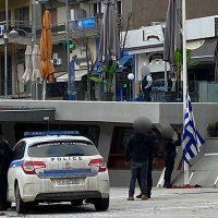 Κοζάνη: Κατέβασε την Ελληνική σημαία και ύψωσε από πάνω κόκκινο κασκόλ – Δείτε φωτογραφίες