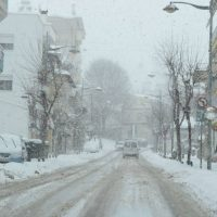 Με δυσκολία η κίνηση στους δρόμους της Κοζάνης από την πυκνή χιονόπτωση της Κυριακής – Δείτε το βίντεο