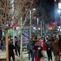 Πλήθος κόσμου το βράδυ της Κυριακής της Αποκριάς στην Κοζάνη – Δείτε βίντεο και φωτογραφίες