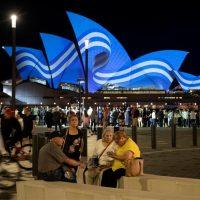 Στα γαλανόλευκα φωταγωγήθηκε η εμβληματική Όπερα του Σίδνεϊ – Δείτε φωτογραφίες