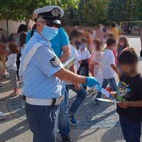 Δυτική Μακεδονία: Ενημερωτικά φυλλάδια τροχαίας και σχολικά προγράμματα με σελιδοδείκτες διανεμήθηκαν σήμερα από τροχονόμους σε μαθητές Δημοτικών Σχολείων και γονείς